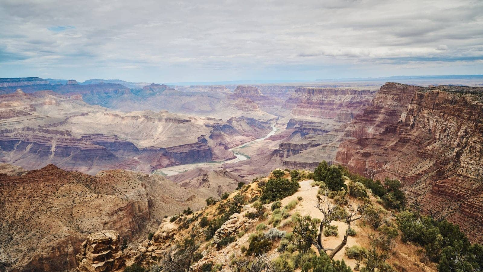a river flowing through grand canyon